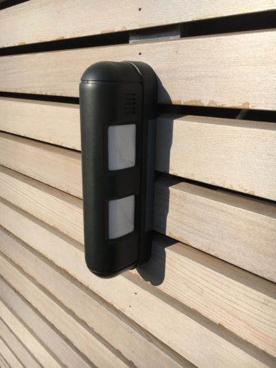 L'alarme de proximité installée dans cette villa à Bruxelles assure la sécurité des habitants et évite les déclenchements intempestifs. Deux faisceaux balaient des hauteurs différentes. Les faisceaux doivent être coupés simultanément pour déclencher l'alarme.