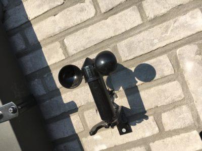 L'anémomètre est relié au système domotique et contrôle en permanence la vitesse du vent.
