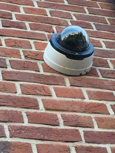 Une caméra dôme installée sur la façade d'une villa à Bruxelles. La caméra est inamovible ce qui garantit que son optique enregistre tous les mouvements en toute circonstance. Un système parfait pour renforcer la sécurité.