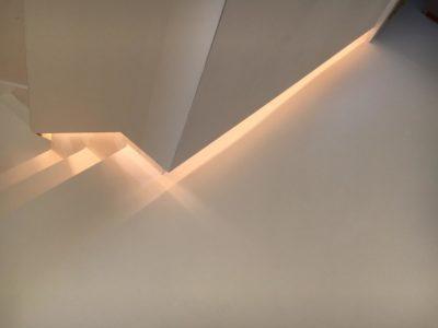 Un éclairage indirect dans l'escalier avec 3 plaques de gyproc et rail métallique intégré