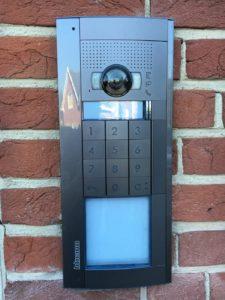 Un parlophone avec clavier à code intégré et affichage de la maison. Très pratique, ce parlophone est également relié aux smartphones des habitants de cette villa.