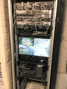 Le système de vidéo-surveillance est intégré dans le rack informatique. Le rack assure toute la gestion du système informatique de la maison.
