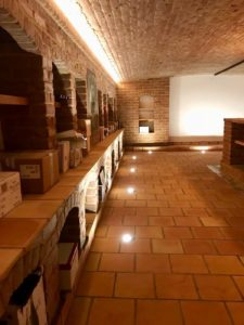 Les spots intégrés dans le sol participent à l'éclairage d'ambiance dans cette cave à vin.
