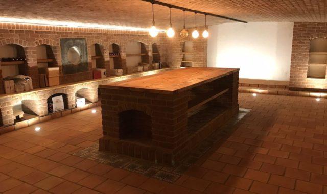 cave à vin avec éclairage d'ambiance dans une propriété du Brabant wallon.