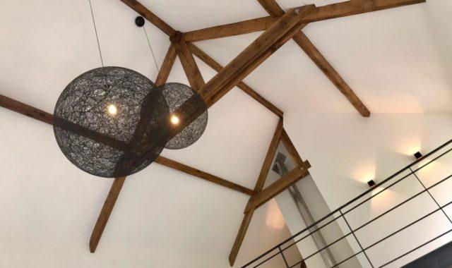 Des lustres Moooi placés à 8 mètres de hauteur pour un éclairage d'intérieur esthétique.