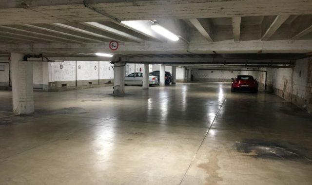 Installation par BSV-Domelec d'armatures LED pour éclairer les communs d'un immeuble à appartements. Les armatures sont installées dans le garage de l'immeuble.