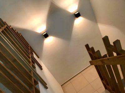 Les appliques murales créent une ambiance chaleureuse et feutrée. Comme dans cette cage d'escalier ou elles diffusent un éclairage indirect.