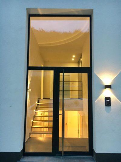 ambiances lumineuses variées dans hall d'entrée d'une villa dans le Brabant wallon.