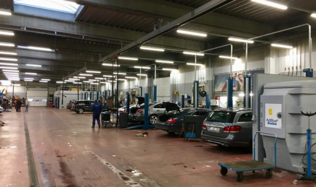 Des armatures LED étanches aux poussières dans un atelier Mercedes à Wavre.
