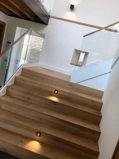 cage d'escalier avec éclairage intégré dans les marches de l'escalier.