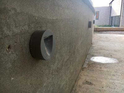 des balises intégrées dans un mur pour l'éclairage extérieur.