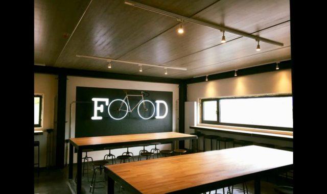 installation électrique avec éclairage apparent dans la salle du restaurant