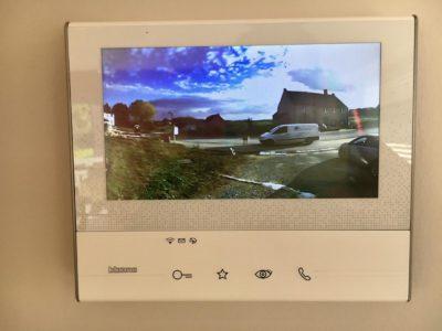 Ecran de vidéophone géré par domotique pour la sécurisation des accès.